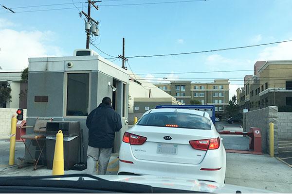 レンタカー駐車場の出口ゲート