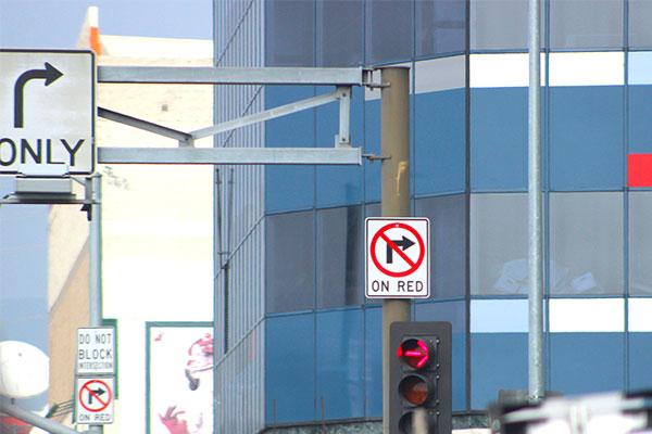 アメリカの交差点にある右折禁止マーク