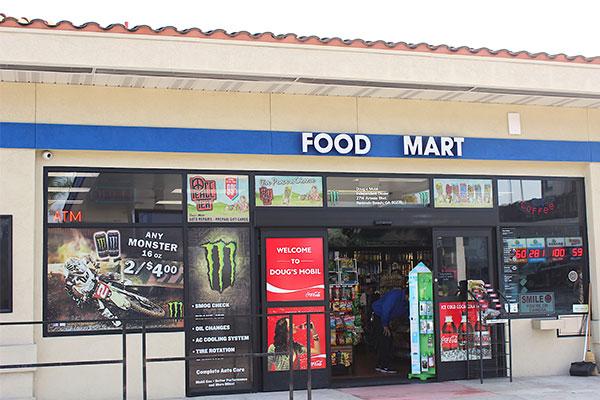 アメリカのガソリンスタンドに併設してる店