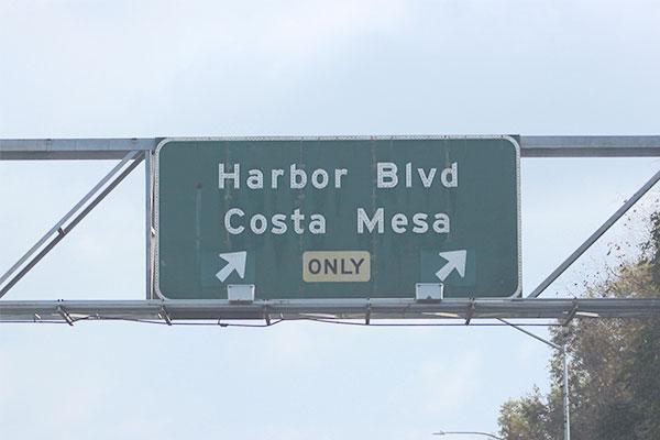 アメリカの高速道路の降り口看板