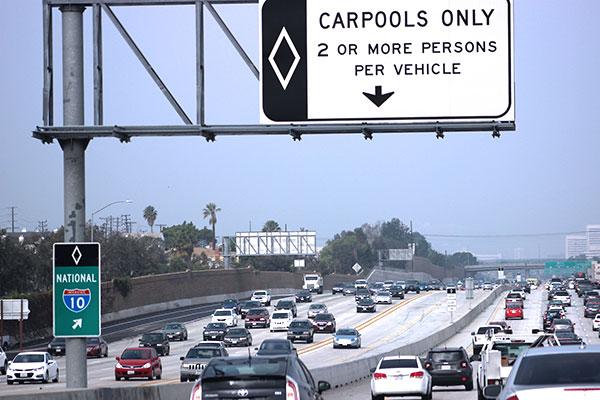 アメリカの高速道路で2人以上乗車車両が走れる専用線