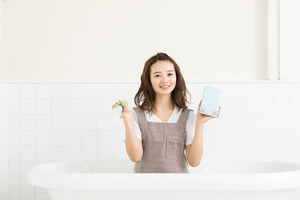 お風呂掃除をしている女性