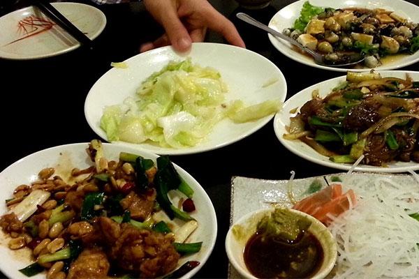 お刺身とチキンや牛肉の野菜炒め