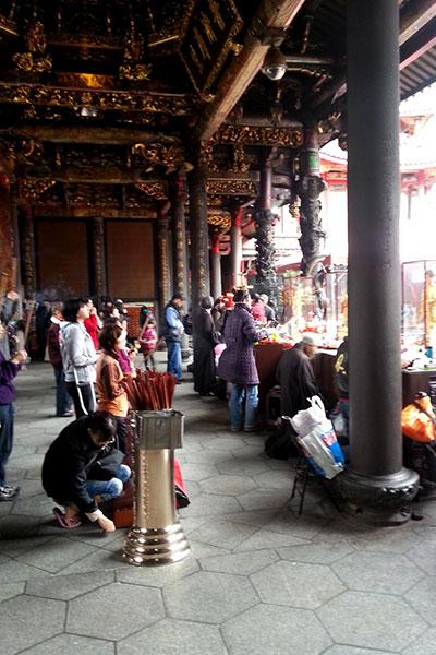 龍山寺に集まる人たち