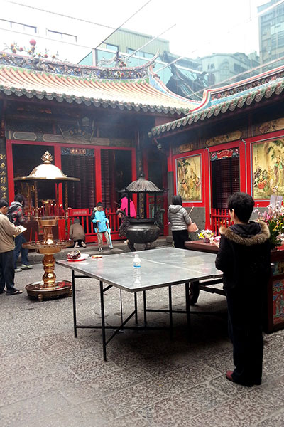 龍山寺の中で待つ人たち