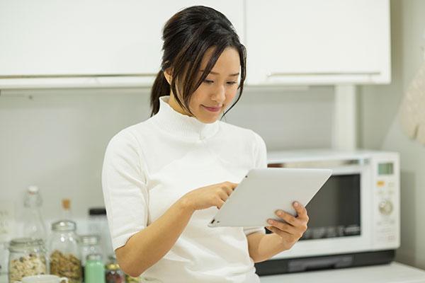 タブレットPCを見る若い女性