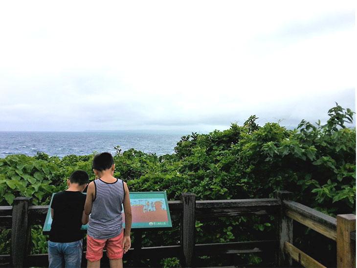 墾丁国家公園周りの風景を見る子供達
