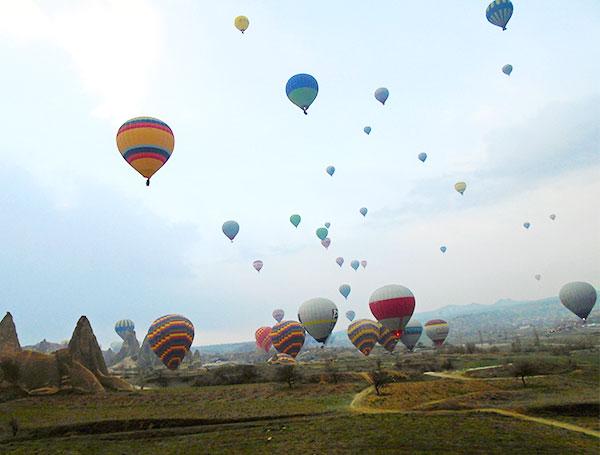 下から見た沢山の気球