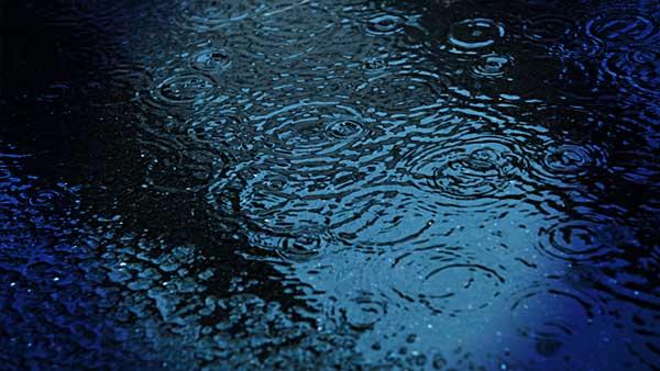 暗い外で雨が降る