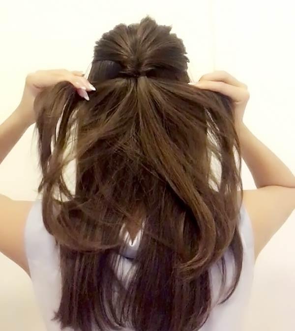 髪を高めの位置で結んでハーフアップにする