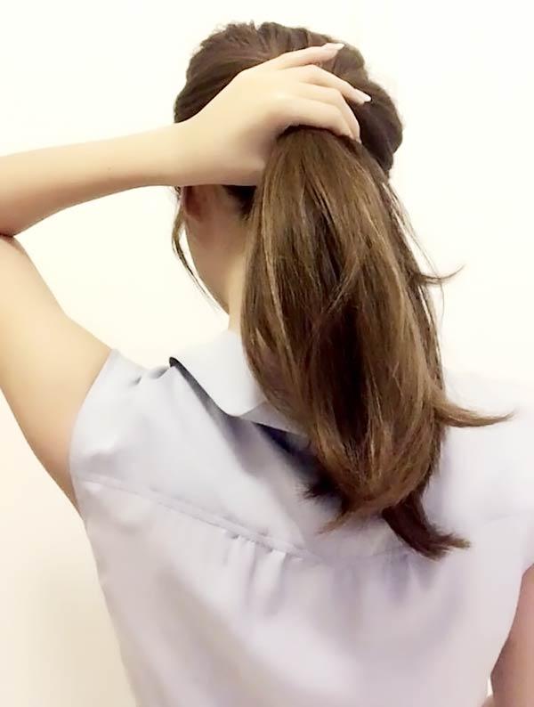 髪を真ん中の位置でポニーテールにする