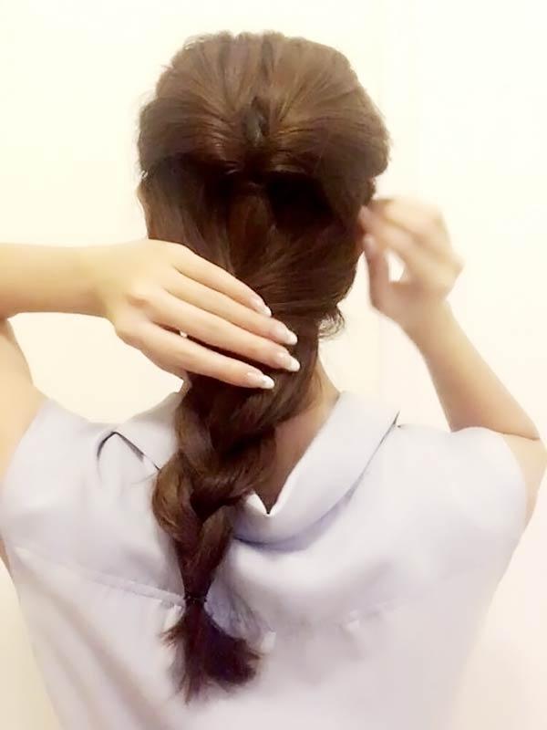 残りの髪をざっくりとしたルーズな三つ編みにする