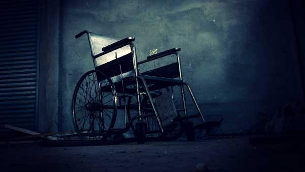 暗い部屋にある車椅子