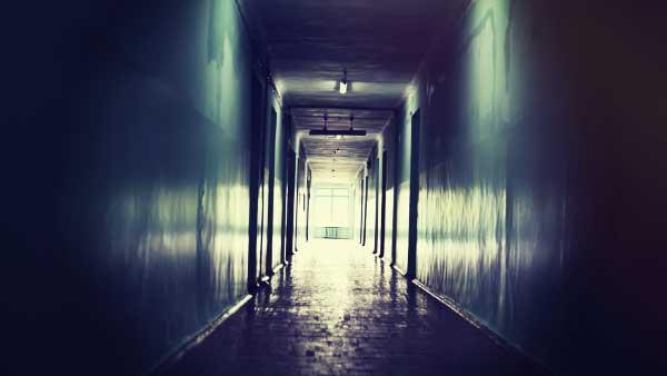 暗い建物の廊下