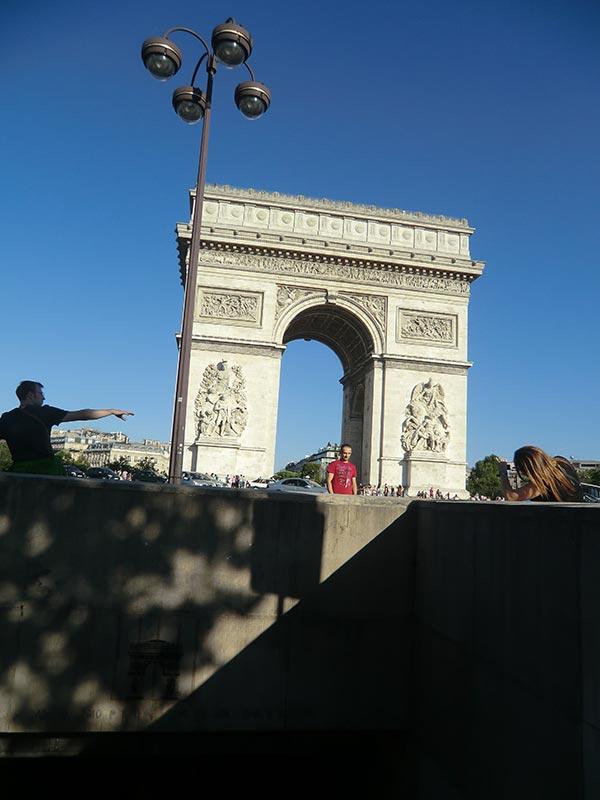 パリの凱旋門を遠くから見る