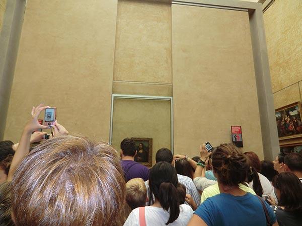 奥には「モナリザ」の絵画が展示されています