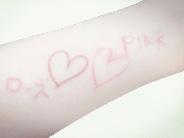 リップライナーのピンクとローズを腕に書いてみました