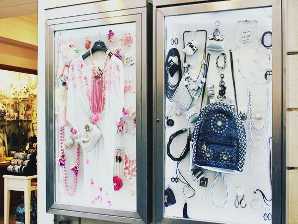 コルソ通りのブティックで売られている服とバッグ