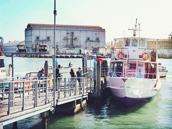 ヴェネツィアの移動手段に使われている船