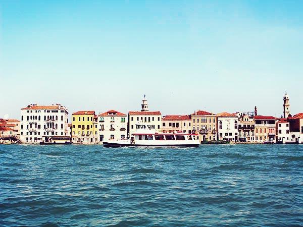 ヴェネツィアの海に浮かぶ船