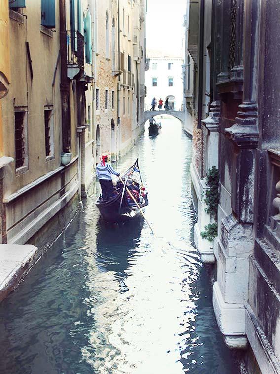 ヴェネツィアの街をボートで渡る