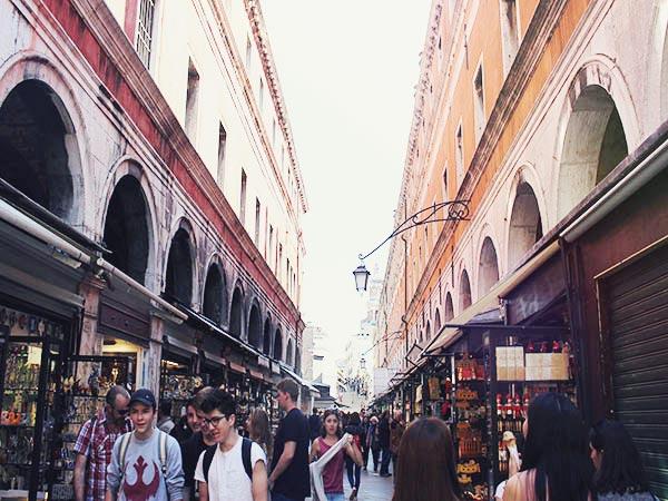 ヴェネツィアの商店街