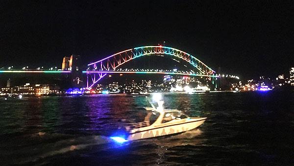 夜景に彩られた橋