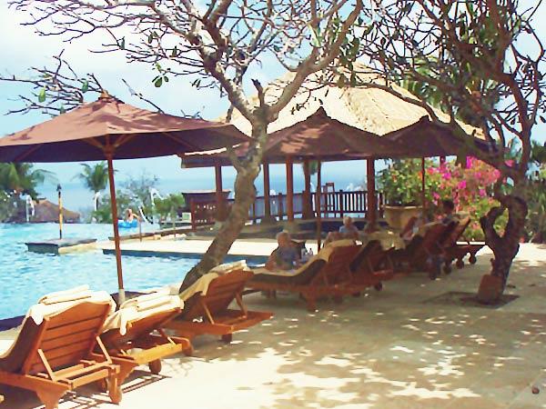 アヤナのホテル「プールサイド」