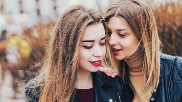 友人と仲良く話す女性