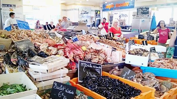 市営魚市場で並ぶ魚介類
