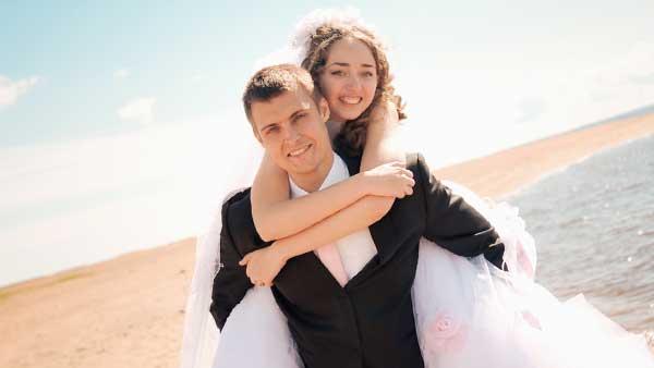 花嫁をおんぶする