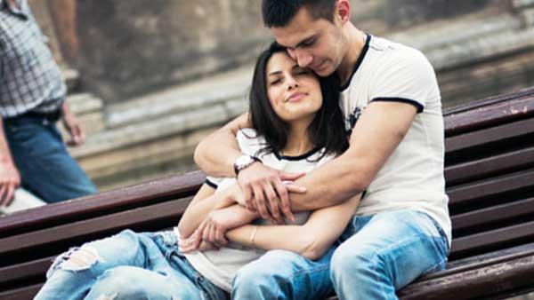 ベンチで愛し合うカップル