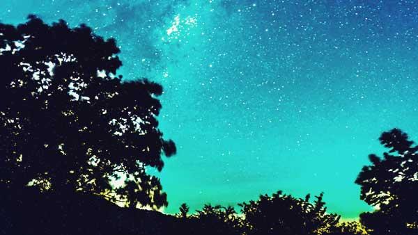 天の川が見える星空