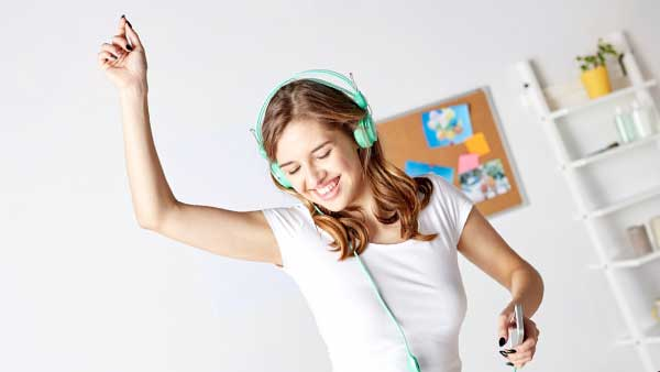 元気に音楽を聴く女性