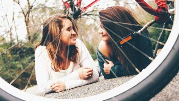 笑顔で向き合う女性