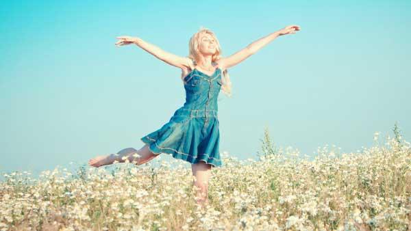 花畑で笑顔で踊る女性