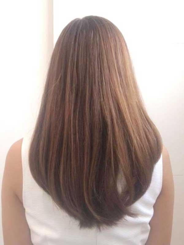 女性の後ろ姿と髪