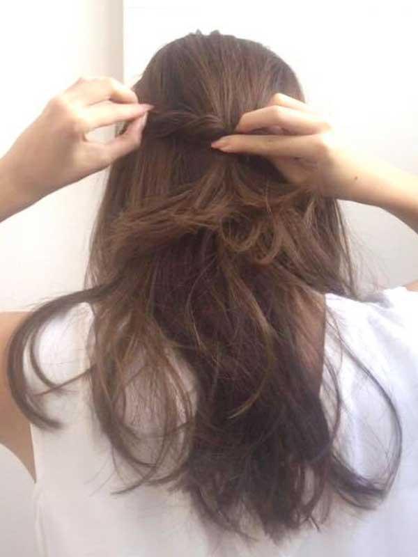 トップの部分から少しずつ髪を引きす