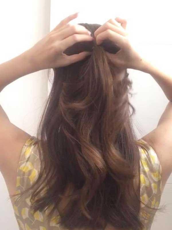 髪のトップ部分を1本にまとめて「くるりんぱ」する