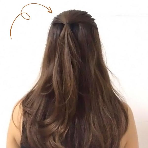 上の髪をハーフアップにする