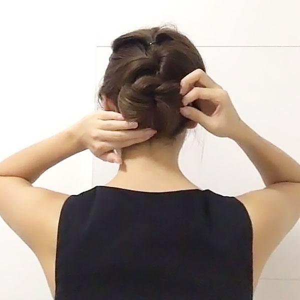 髪でお団子を作る