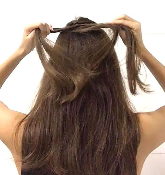トップの髪を「くるりんぱ」してほぐす