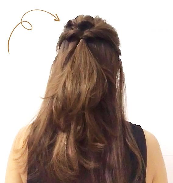 こめかみの位置より上の髪を「くるりんぱ」する