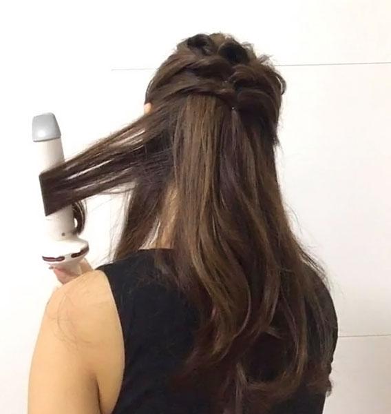 髪をコテで巻く