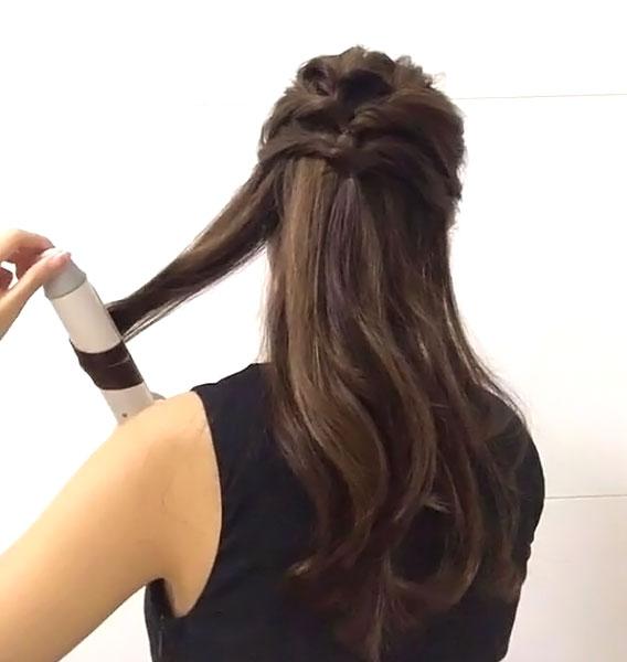 下ろす部分の髪を内巻きと外巻きで交互に巻きます