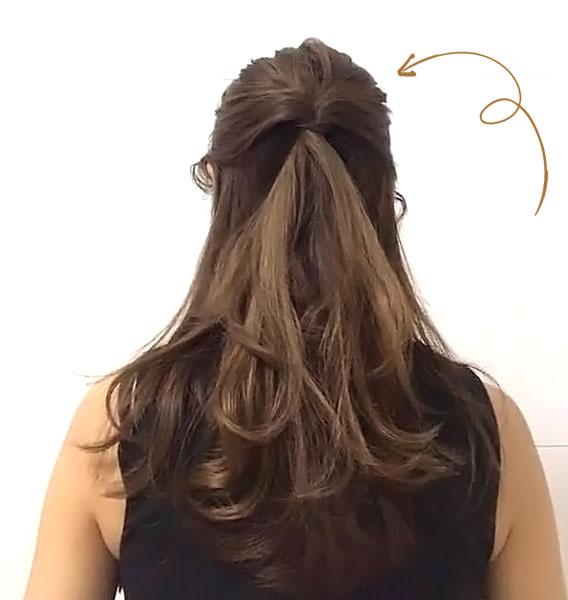 耳の位置より上の髪を「くるりんぱ」してほぐす