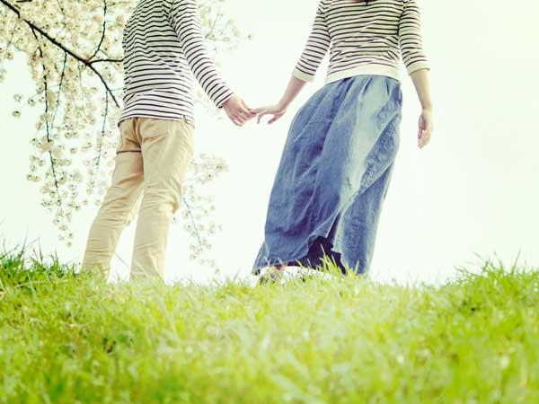 手を繋いているカップル