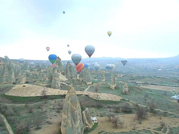 空を浮遊する気球