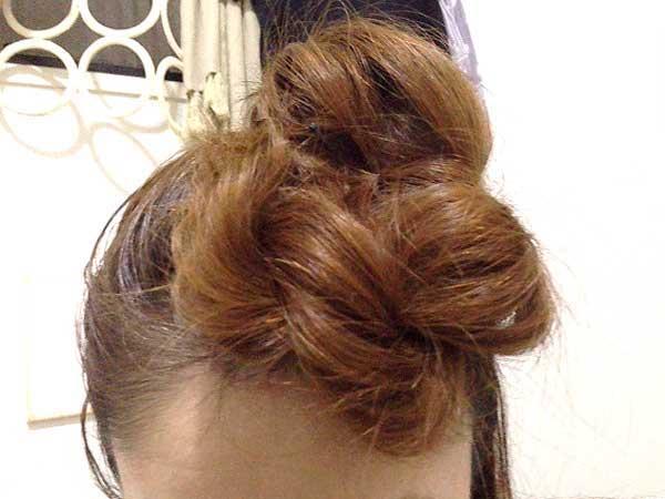 巻きつける編み目表面の髪をつまんで引き出し、できるだけモコモコ感を出すように引き出した方がかわいくなる
