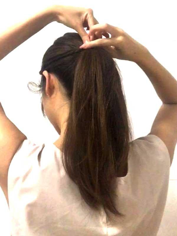 ポニーテールにしたゴムの部分に巻きつけてアメピンで固定女性の髪の毛